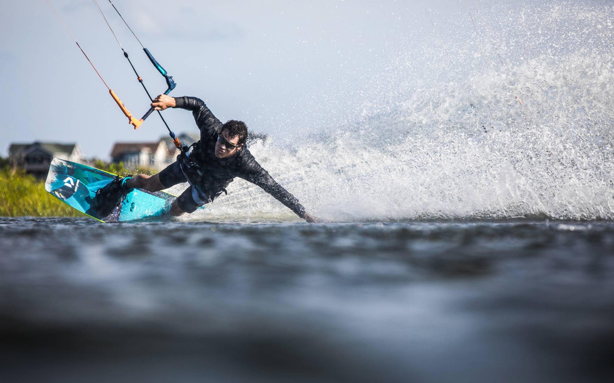 Duotone-Kiteboarding-2021-Twintips-SLS-SELECT-SOLEIL-JAIME-SPIKE--entity-ergo-planche-de-kitesurf