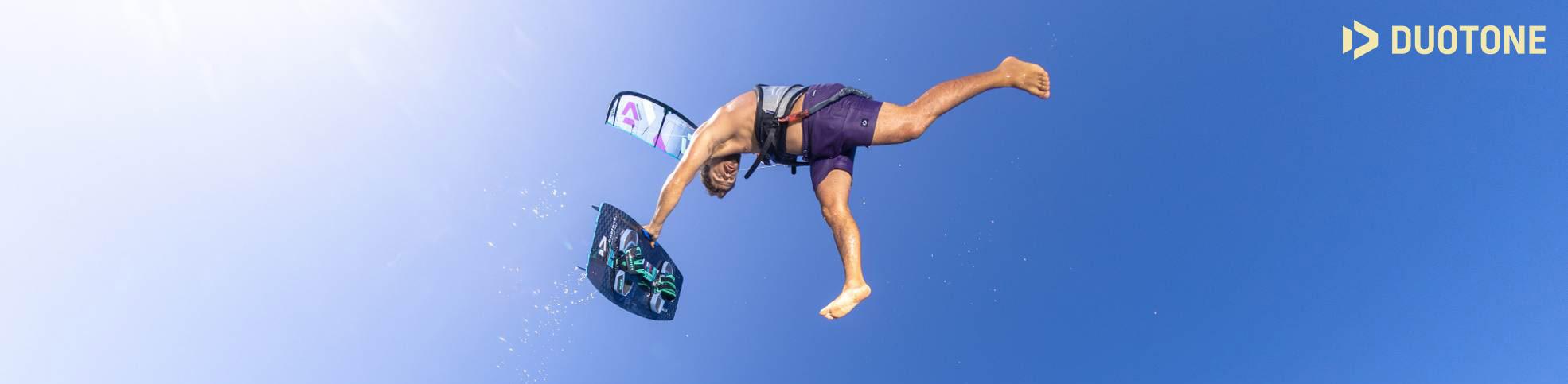 Présentation des planches de kite duotone Kiteboarding 2022, les twintip gamme SLS et gamme Originale