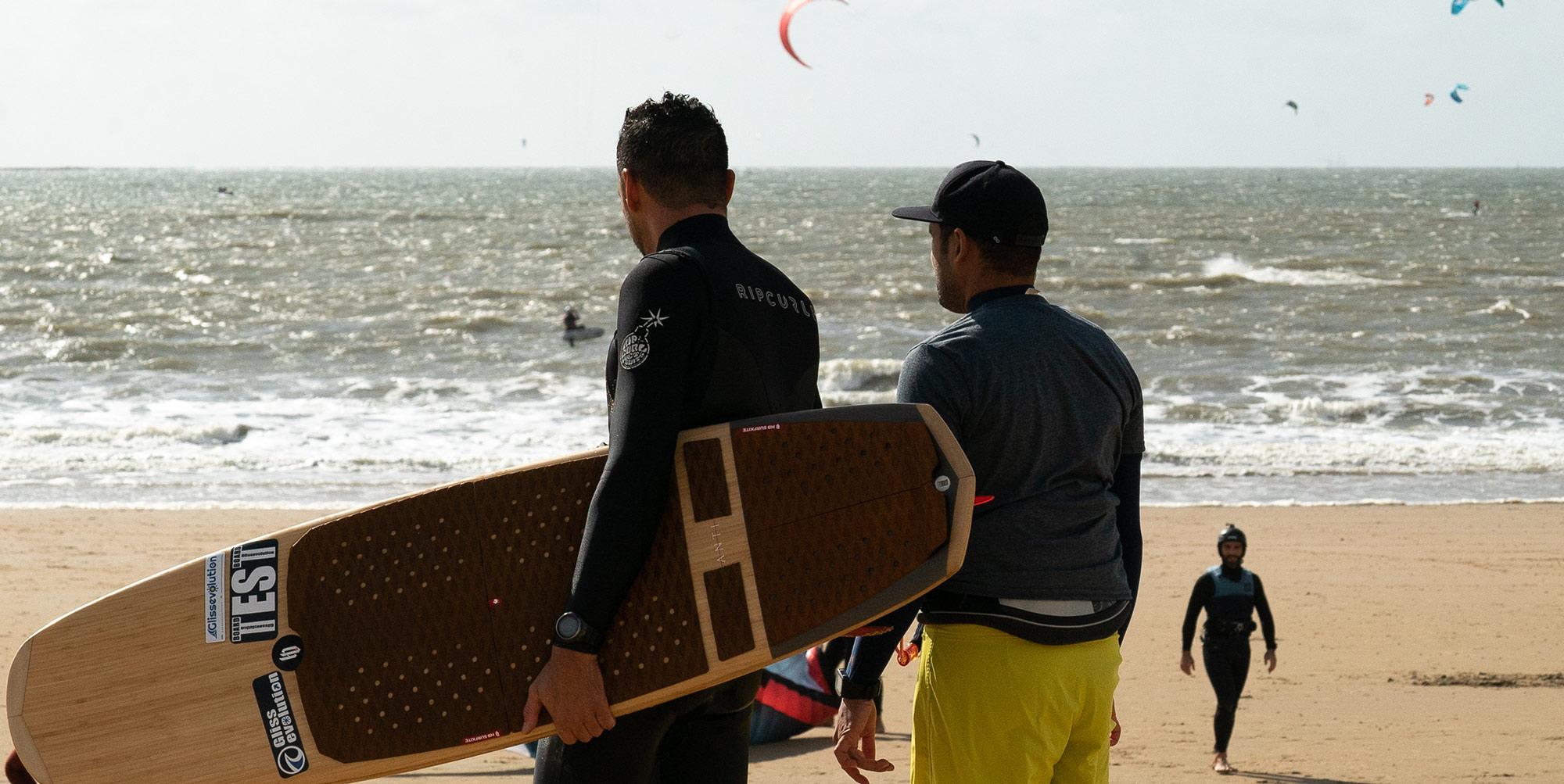 test-surfkite-Anti-passe-niquel-dans-le-clapot-et-a-un-énorme-pop-Pour-ceux-qui-aiment-surfer-dans-du-gros-la-décade-est-plus-typée-surf-et-va-vous-permettre-de-rider-de-vrais-vagues